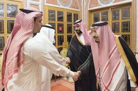 Mohammed bin Salman e rei Salman (à direita) recebem familiares de Khashoggi