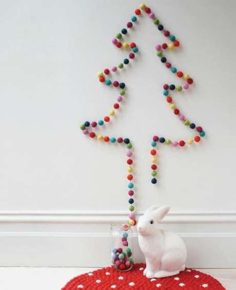 51. Árvore de natal feita com bolas coloridas. Foto de Galla