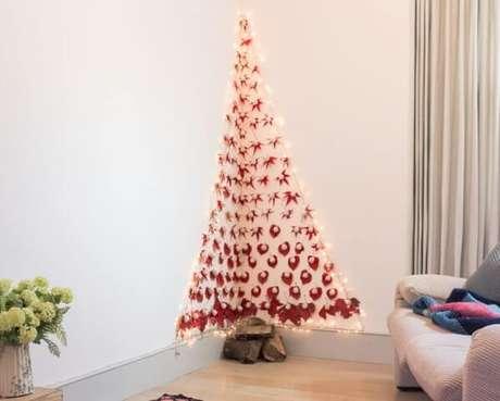 80. Árvore de natal artesanal com enfeites vermelhos e luzes. Foto de Sugru