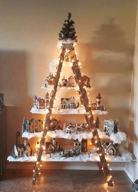 78. Árvore de natal artesanal feita com escada e prateleiras. Foto de Steve LaRese