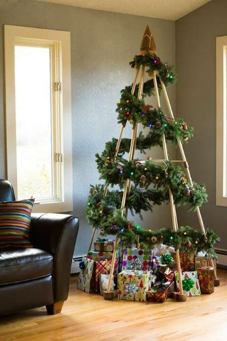 64. Árvore de natal artesanal com estrutura de madeira e enfeites de natal. Foto de Pinterest