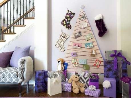 52. Árvore de natal artesanal feita em base de MDF com fio e cartões. Foto de HGTV