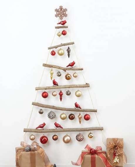 68. Árvore artesanal com galhos e enfeites de natal de passarinhos. Foto de Pinterest