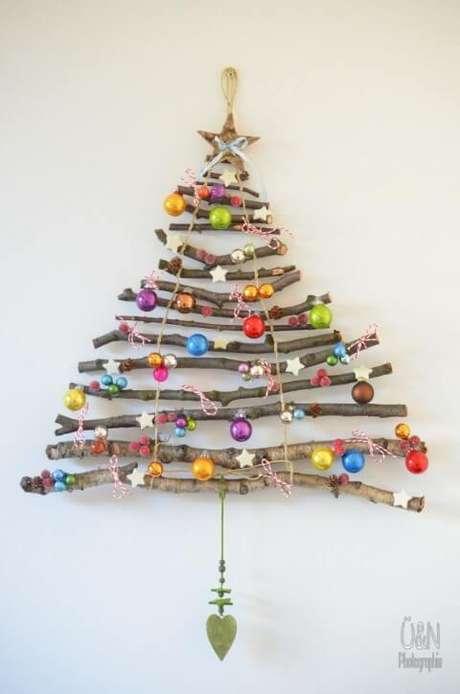 33. Árvore de natal feita com galhos e vários enfeites. Foto de Kitchen Fun With My 3 Sons