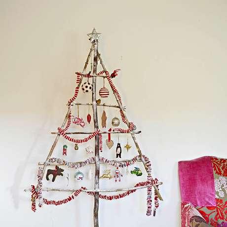 63. Árvore de natal artesanal com estrutura formada por galhos. Foto de Pillar Box Blue