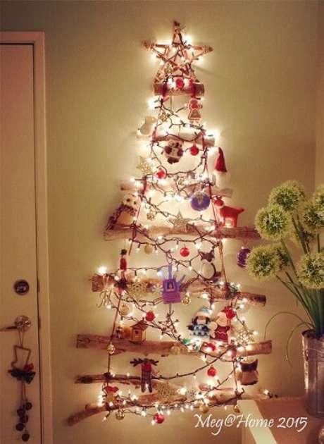 37. Árvore de natal artesanal com galhos e luzes de natal. Foto de Meg Home