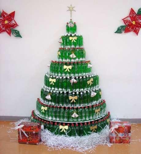 8. As garrafas podem ser usadas de muitas formas para fazer uma árvore de natal. Foto de Reciclados La Red