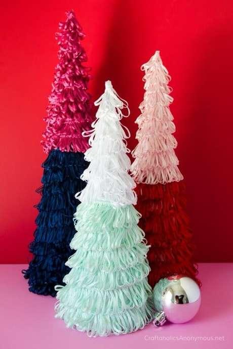 53. Árvore de natal artesanal feita com laços coloridos. Foto de The Budget Decorator