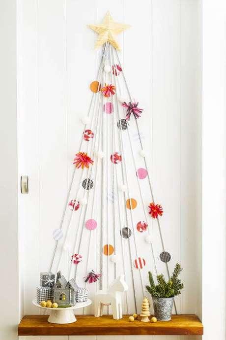 54. Árvore de natal artesanal feita com linhas brancas e enfeites de papel coloridos. Foto de The Odyssey Online