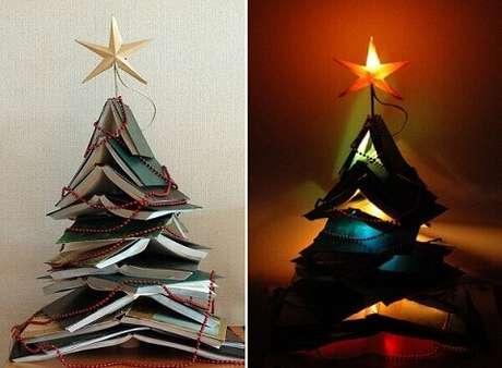 29. Árvore de natal artesanal feita com livros. Foto de Hun