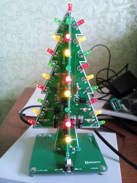 57. Árvore de natal artesanal com luzes. Foto de Tindie
