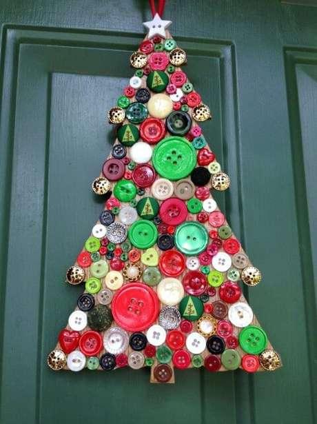 69. Enfeite de porta de árvore de natal artesanal feita com botões. Foto de Pinterest