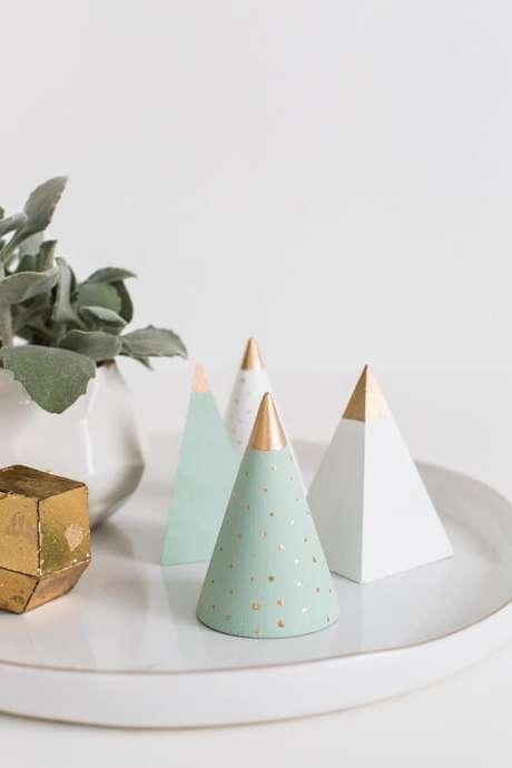 79. Árvore de natal artesanal cônica de madeira. Foto de Sugar and Cloth
