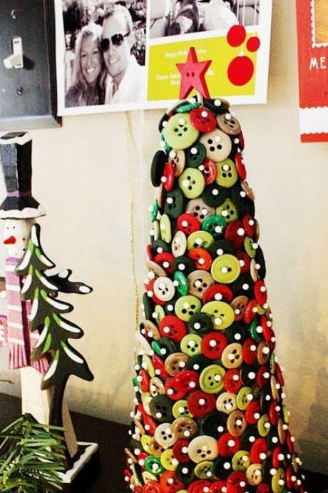 70. Mini árvore de natal artesanal de botões. Foto de Pinterest