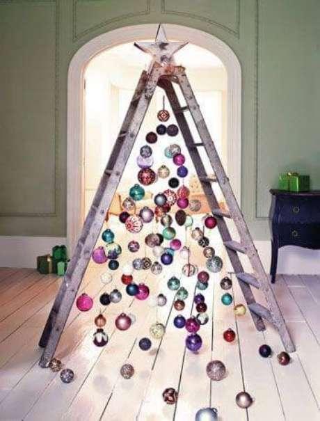 34. Árvore feita com escada e enfeites para árvore de natal. Foto de Kitchen Fun With My 3 Sons