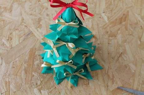 11. É esse o produto final do nosso passo a passo de como fazer árvore de natal artesanal com garrafa PET