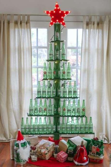 9. Que tal uma árvore de natal feita com garrafas de cerveja? Foto de Evite