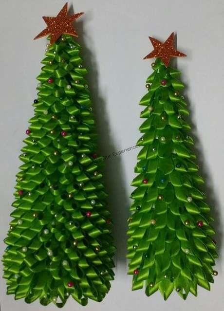 75. Árvores de natal de laços verdes. Foto de Sharing Our Experiences