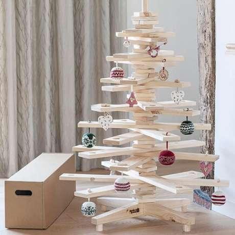 35. Árvore de natal artesanal de MDF e bolas de crochê. Foto de Mad Ru