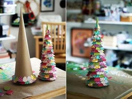 13. Inspiração para a sua árvore de natal de papelão com papéis coloridos. Foto de VTV