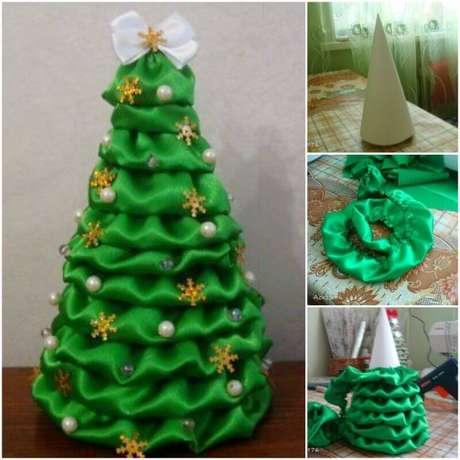 14. Passo a passo de como fazer árvore de natal de papelão com tecido verde. Foto de Fab Art DIY Tutorials