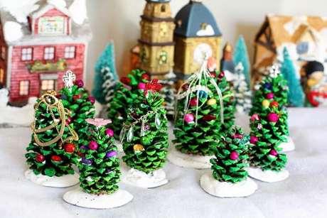 59. Mini árvores de natal feitas com pinha. Foto de Yandex