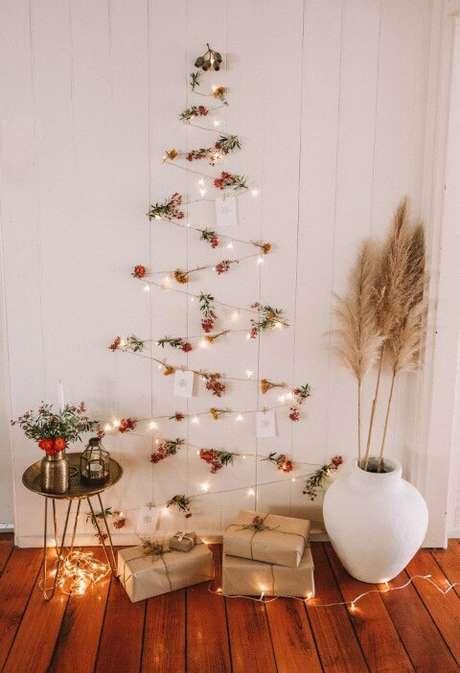 77. Árvore de natal artesanal de pisca pisca e flores. Foto de Spell Designs