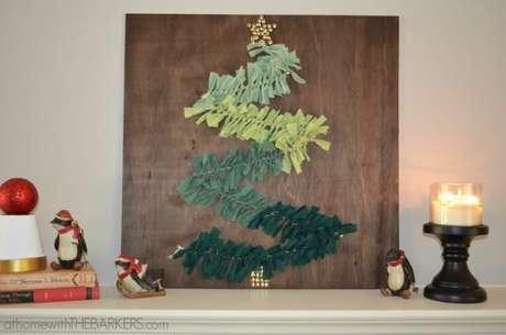 43. Você pode também fazer uma árvore de natal mais minimalista como detalhe da decoração. Foto de At Home With The Barkers