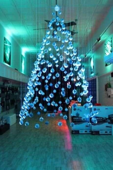 42. Árvore de natal feita com bolas de natal azuis suspensas. Foto de Architecture Art Designs