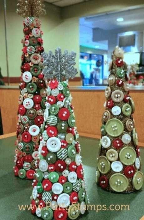 41. Árvores de natal diferentes feitas com botões. Foto de Patty Stamps