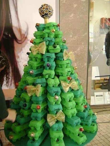 46. Árvore de natal artesanal feita com caixas de ovos. Foto de Bored Panda