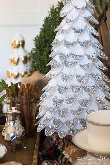 16. Para deixar a sua árvorede colheres de plástico ainda mais legal você pode usar glitter. Foto de The Heathered Nest