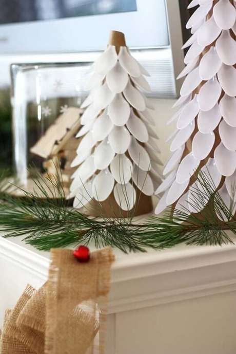 15. Árvore de natal artesanal feita com colher de plástico. Foto de K4 Craft