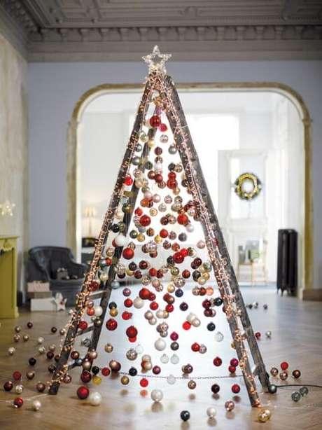 1. Dá para fazer uma árvore de natal artesanal com os mais variados materiais, até mesmo com uma escada. Foto de Cord Magazine