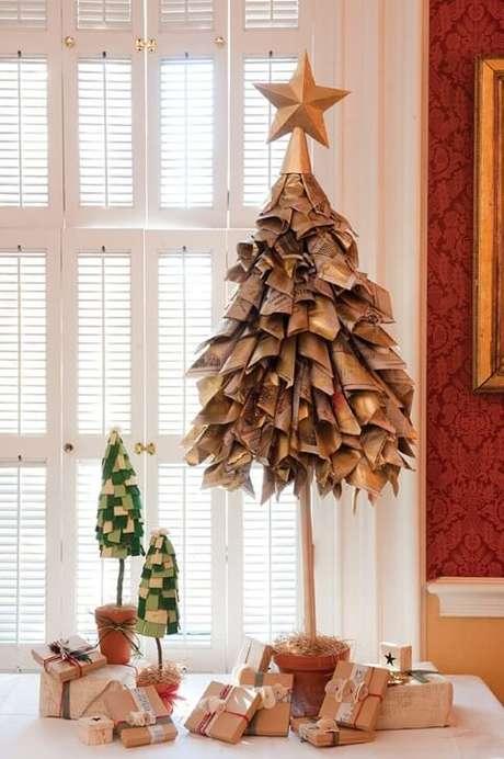 48. Árvore de natal artesanal feita com jornais. Foto de Design Bump
