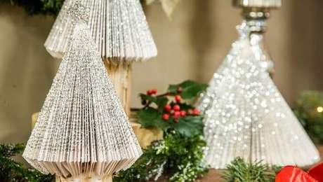 7. Árvore de natal artesanal feita com páginas de livros e glitter. Foto de Hallmark Channel