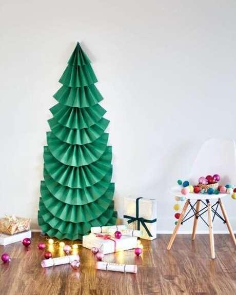 3. Papéis dobrados podem ser transformados em uma árvore de natal artesanal, aí é só decorar com enfeites para árvore de natal. Foto de Eko Republika