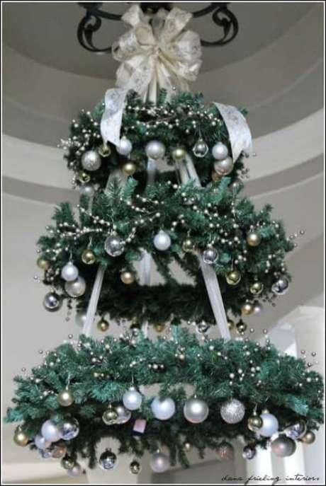 39. Árvore de natal artesanal feita de guirlandas. Foto de Mobile Home Living