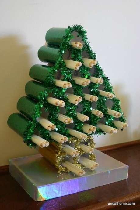 12. Se você fizer árvore com rolinhos de papelão pode usar o espaço dentro para colocar objetos, presentes etc. Foto de Angathome