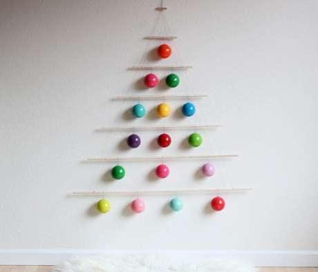 32. Você pode também fazer uma árvore de natal minimalista com enfeites para árvore de natal coloridos. Foto de In Habitat