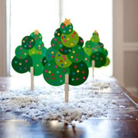 71. Pequenas árvores de natal artesanais feitas com prendedor de madeira e papéis. Foto de Pinterest