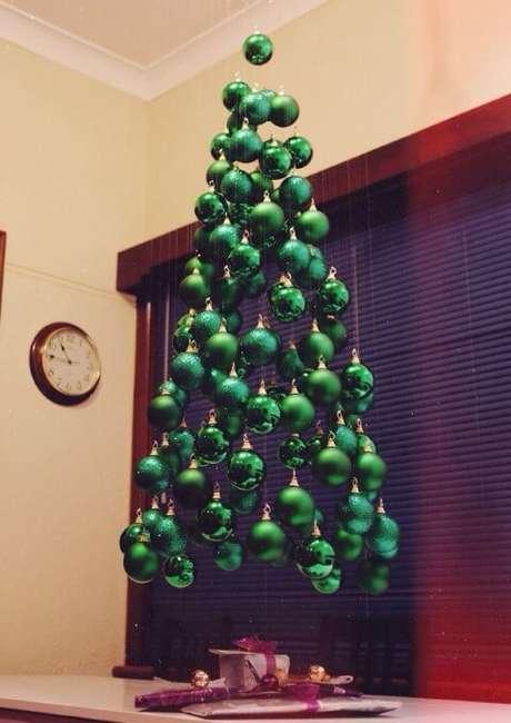 44. Árvore suspensa feita com bolas verdes. Foto de Bored Panda