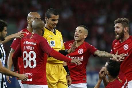 O árbitro Ricardo Marques Ribeiro (MG) e seus assistentes Guilherme Dias Camilo e Sidmar dos Santos Meurer (MG), durante Internacional x Santos