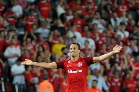 Leandro Damião comemora gol contra o Santos