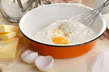 Confira qual é a função do ovo no bolo