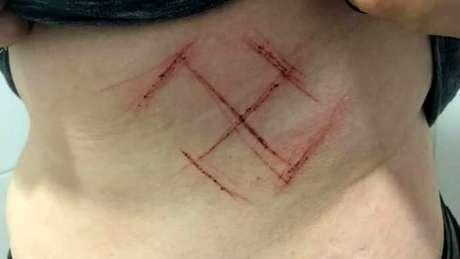 Jovem diz ter sido agredida por três homens por usar camisa com a frase 'Ele não'