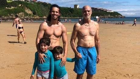 Ricardo Carvalho de Castro (à dir.) com o filho Daniel e os netos