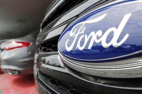 Logo da Ford em veículo da marca em concessionária 24/07/2013 REUTERS/Jonathan Ernst
