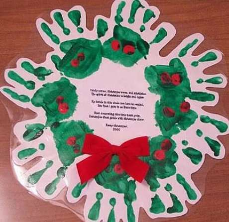 8- Artesanato de Natal: Guirlanda com formato de mãos pintadas