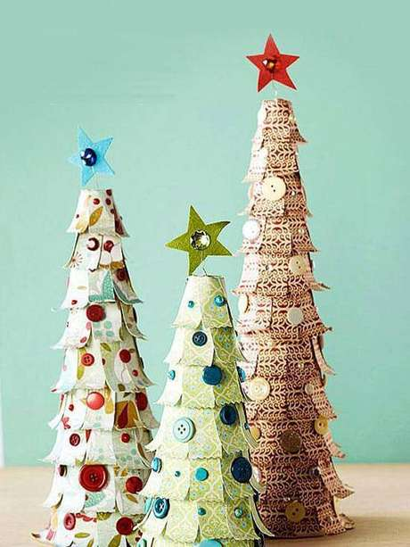 46- Árvore de Natal de papel com botões